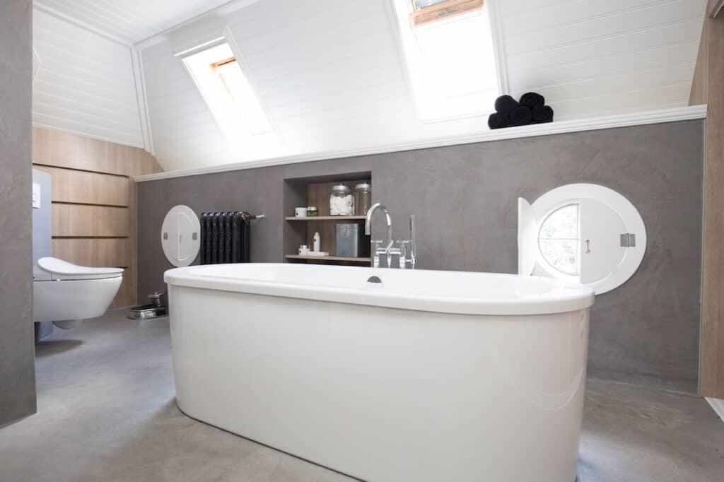 badkamer met schuine wanden